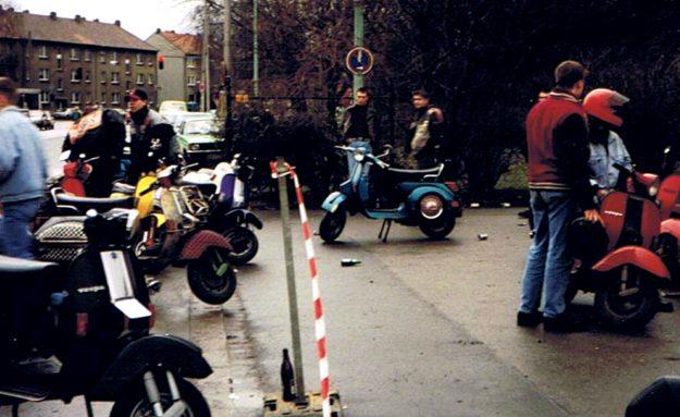 Rollerfahrer treffen auf dem Parkplatz vor dem Gelände der Vestlandhalle ein.