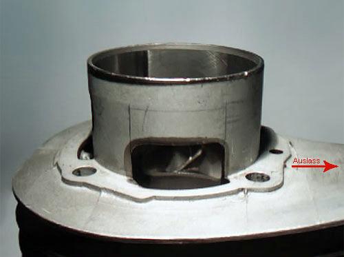 Bild 4: Die zu entfernende Fläche im Zylinderfuß des Malossi 210 wurde markiert (Foto: Wespenblech Archiv)