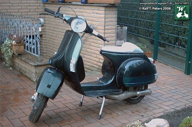 Bild 1: Vespa P200E VSX1T *66647* im Januar 2006 im Garten. (Foto: Wespenblech Bild Nr. 10073)