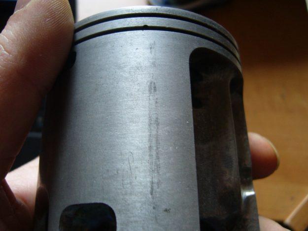 Vespa Kolben mit einer Reibspur hervorgerufen durch einen Kolbenklemmer