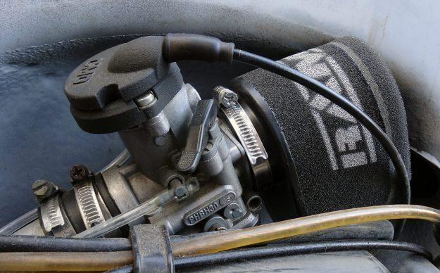 Bild 1: Vergaser Dellorto PHBH 30 mit Ram Air Luftfilter und CMD Snake Head.