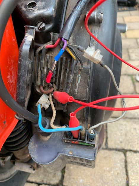 CDI an einem Vespa PX Motor. Bei dieser Verkabelung sind Reparaturen notwendig.