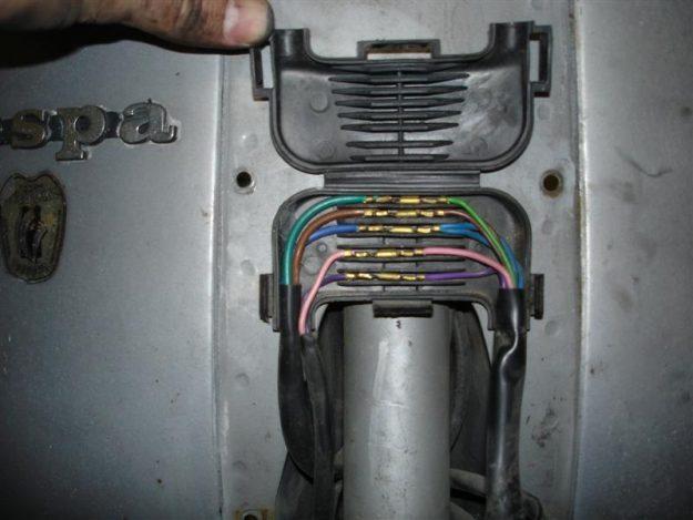 Bild 11: Kabelkästchen in einer Vespa P200E, deutsches Modell mit Batterie von 1982 (Foto: Beo aus München)