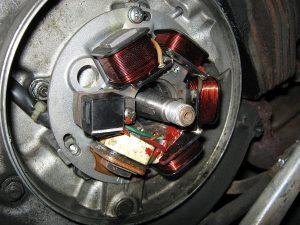 Bild 1: Zündgrundplatte DUCATI für Vespa PX alt mit Batterie und Blinker.