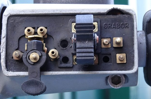 Bild 8: Schalter für Scheinwerfer und Hupe mit abgeschraubtem Deckel.