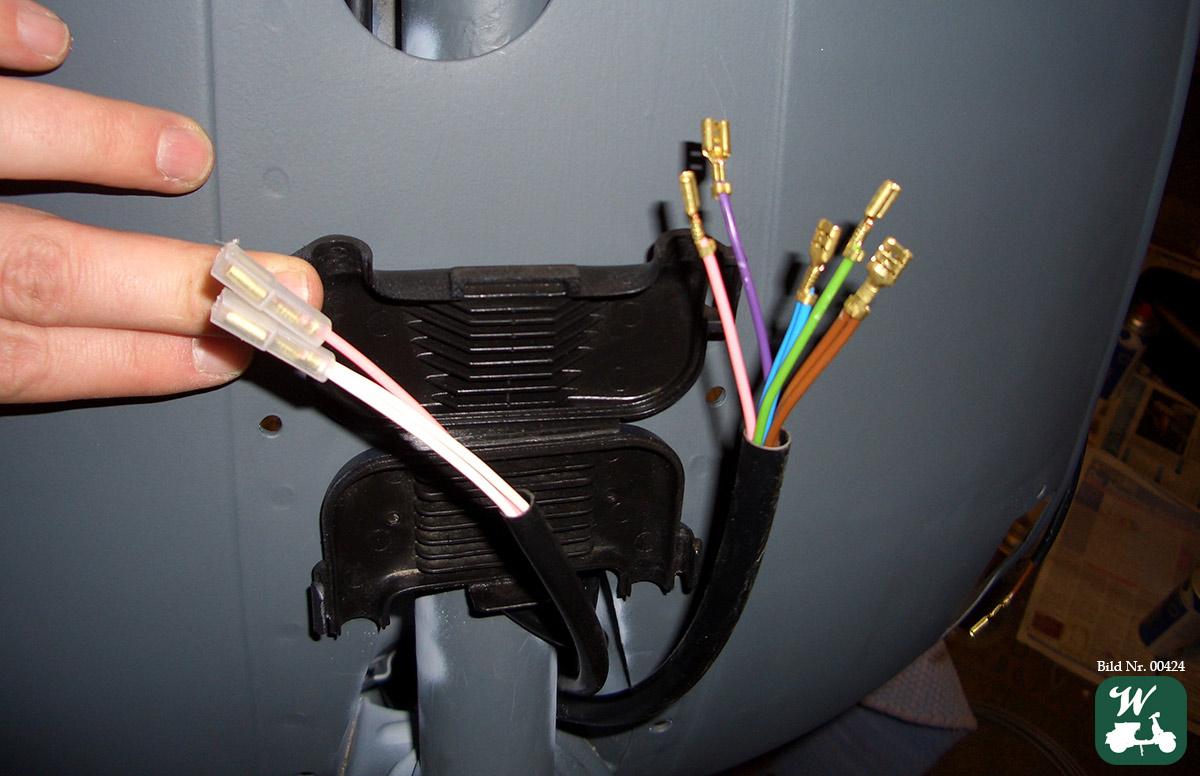 Bild 6: Kabelkasten am Kabelbaum einer Vespa P200E (PX alt) mit Batterie im Bereich Beinschild unter der Kaskade. (Foto: Wespenblech Archiv)
