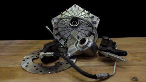 Scheibenbremse Grimeca Classic NT für Vespa Largeframe und Smallframe Modelle. Gut zu erkennen ist die dunkle gummierte Bremsleitung, welche von der Bremspumpe zur Bremszange führt.