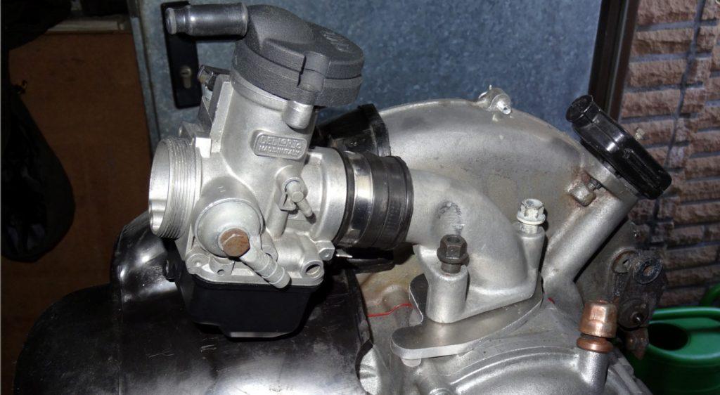 Bild 2: Auf diesem Foto gut zu erkennen der Dellorto PHBH 30 BS Vergaser in Verbindung mit einem Polini Ansaugstutzen. Zwischen Ansaugstutzen und Motorblock befindet sich ein Distanzstück aus Aluminium mit 6 mm Höhe.