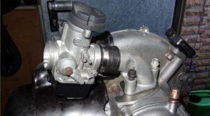 Bild 1: Montage eines Vergaser PHBH 30 BS auf dem Motorblock einer Vespa P200E. (Foto: Wespenblech Archiv)