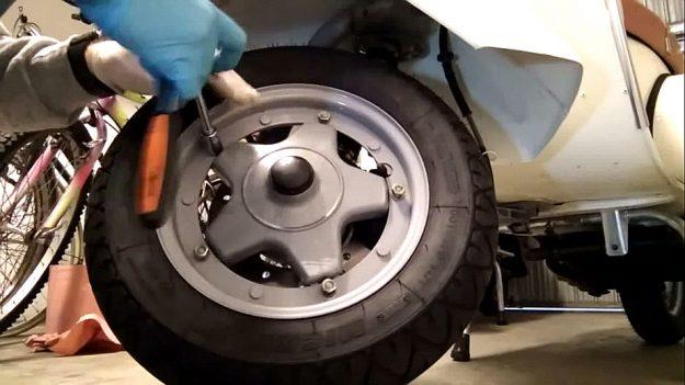 Reifen wechseln: Vespa Vorderrad - Felge lösen