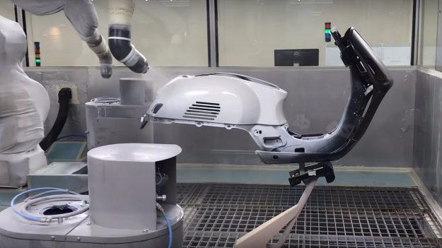 Rahmen einer Vespa GTS in der Lackierkabine. Mit Hilfe von Robotern werden die Blechteile lackiert. Nicht immer wird im Bereich der Blechüberlappungen genug Farbe aufgetragen. Es fehlt auch die Versiegelung mit Silikon.