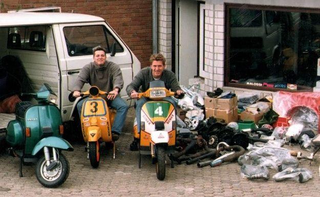 Oliver und Ulf vor dem alten Lokal des Scooter Center Anfang der 1990er . (Foto: Scooter Center)