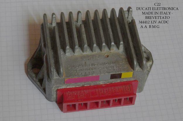 Der Spannungsregler bei den PX alt Modellen mit Batterie hat 5 Anschlüsse. Das gelbe Kabel, welches von dem Spulen 1 & 2 kommt, versorgt den Regler über Pin G mit ungeregeltem Wechselstrom. Von Pin +B geht ein graues Kabel ab in Richtung Blinkergeber mit geregeltem Gleichstrom.