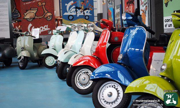 In den Ausstellungsräumen im Piaggio Museum Pontedera stehen unzählige Vespa Motorroller.