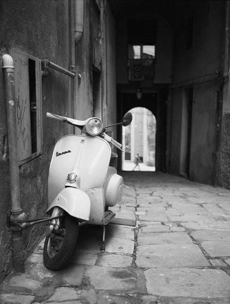 Vespa 50 °1 in einer Seitengasse in Italien (1965).