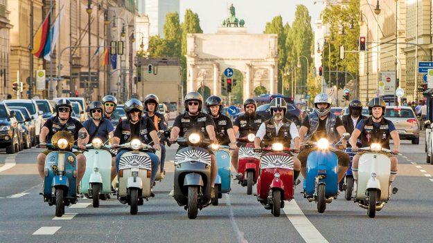Die Vespa Cowboys in München.