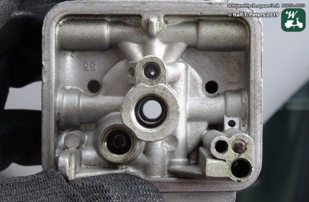 Die Kanäle im Vergaser wurden mit Bremsenreiniger durchgespühlt und anschließend ausgeblasen. (Foto: Wespenblech Archiv)
