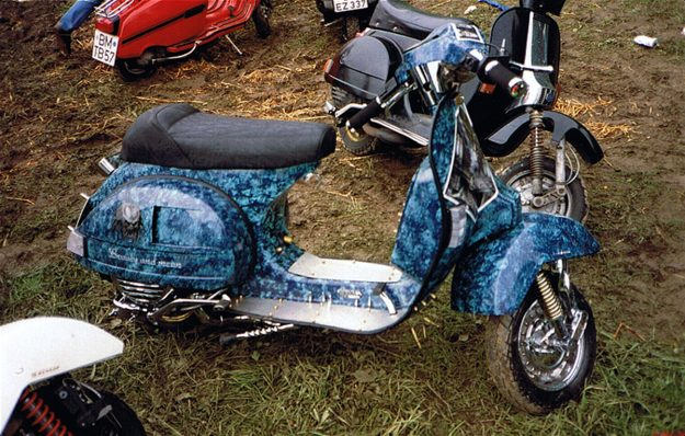 """Customroller Vespa PX """"Beauty and Mean"""" 1994 auf dem Scooter Run in Sprockhövel."""
