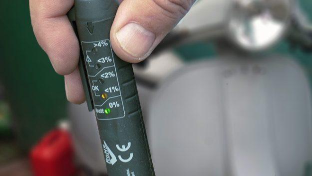 Elektronischer Bremsflüssigkeitstester. Dieser wird in die Bremsflüssigkeit gehalten. Je nach Wasseranteil in der Bremsflüssigkeit leuchten die Ioden auf.