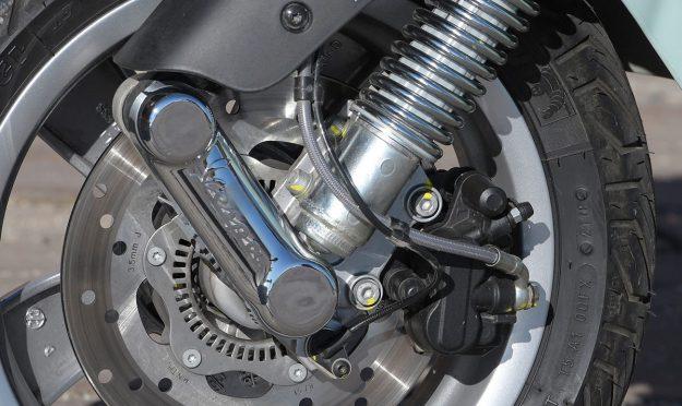 Stahlfelxleitung mit Teflonseele an der Bremszange einer Vespa GTS HPE 2019.