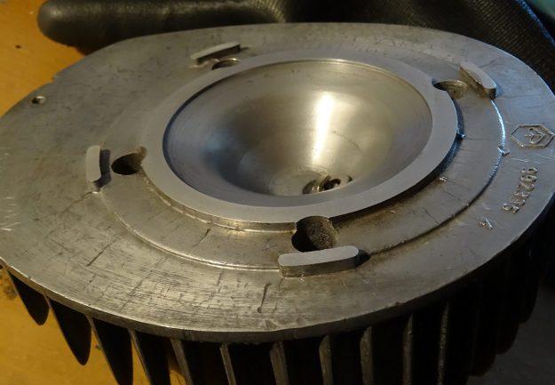 Modifizierter originaler Zylinderkopf (MMW) mit abgeplanter Dichtfläche. Die Kante zwischen Dichtfläche und Quetschfläche betrug vor der Bearbeitung ca. 1,9 mm. Jetzt sind es nur noch 0,8 mm.
