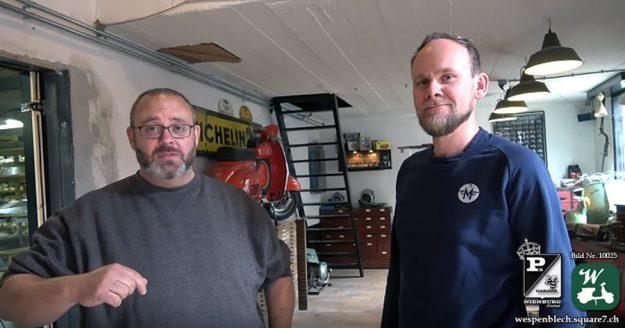 Kevin (links) zusammen mit Peter (rechts) im Gespräch im Rollerladen Maskes Vespa Klassiekers (Foto: PX Garage Nienburg)