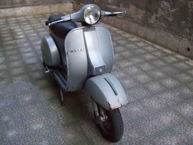 Vespa P125X Seza Frecce. Dieser Roller von einem Foto aus 2011 wurde in Italien erstmalig 1979 registriert.