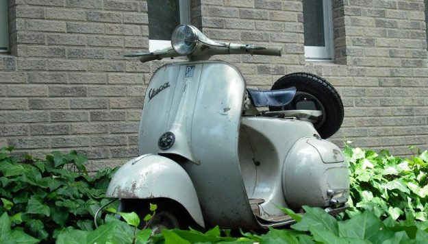 Vespa VNA 1958. Der Lack hat viele Jahrzehnte gesehen.